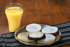 Galletas y zumo de naranja Foto de archivo libre de regalías
