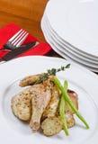 Gallina de Cornualles asada del juego servida y patatas Foto de archivo