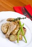 Gallina de Cornualles asada del juego servida y patatas Foto de archivo libre de regalías