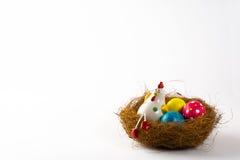 Gallina decorativa y huevos de Pascua coloreados Imagen de archivo