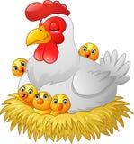 Gallina linda de la historieta con los pollos que se sientan en una jerarquía Foto de archivo