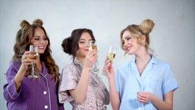 Gallina-partido en pijamas Tres mujeres imponentes que beben el champán almacen de metraje de vídeo
