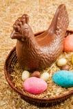 Gallina y huevos del chocolate de Pascua Fotografía de archivo
