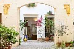 Gallipoli, Apulien - Mai 2017 - eine Ansicht in den Hinterhof von einem mittleren Lizenzfreies Stockfoto