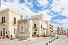 Gallipoli, Apulien - Mai 2017 - Gebäude an der Fußgängerzone Stockbilder