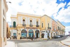 Gallipoli, Apulien - Mai 2017 - Leute und Shops am Eintritt von Stockfotografie