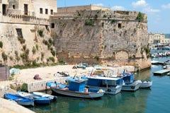 Gallipoli, kasteel Angevin met vissersboten Stock Fotografie