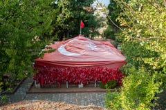 GALLIPOLI, TURQUIA 29 DE DEZEMBRO DE 2017: Embandeire o leme de Baba Tomb do réu de Karacabey que sacrificou sua vida para render foto de stock royalty free