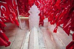 GALLIPOLI, TURQUIA 29 DE DEZEMBRO DE 2017: Embandeire o leme de Baba Tomb do réu de Karacabey que sacrificou sua vida para render foto de stock