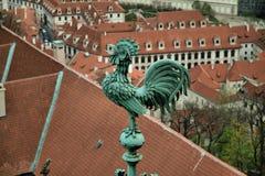 Gallo bronzeo sulla torre, vecchia Praga, repubblica Ceca Fotografia Stock Libera da Diritti