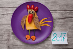 Gallo del Año Nuevo hecho del pan, del queso y de las verduras Fotos de archivo libres de regalías