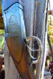 Gallo del disparador del viejo cierre del rifle para arriba con el fondo de madera foto de archivo libre de regalías