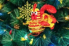 Gallo del efectivo - el símbolo del Año Nuevo 2017 Fotos de archivo libres de regalías