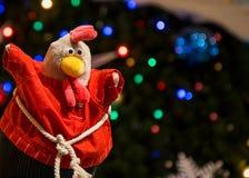 Gallo del giocattolo sotto l'albero di Natale Il simbolo del nuovo anno 2017 Fotografie Stock