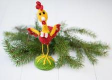Gallo del juguete en una tabla de madera Hacer frente a Año Nuevo Fotografía de archivo