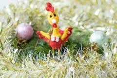 Gallo del juguete en una tabla de madera Hacer frente a Año Nuevo Fotos de archivo
