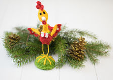 Gallo del juguete en una tabla de madera Hacer frente a Año Nuevo Fotografía de archivo libre de regalías