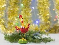 Gallo del juguete en una tabla de madera La Navidad de la reunión Imagenes de archivo