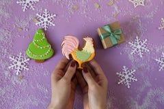 Gallo del pan de jengibre del Año Nuevo, poca caja de regalo de la Navidad y abetos Foto de archivo