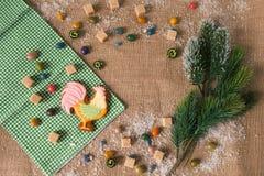 Gallo del pan de jengibre del Año Nuevo, símbolo 2017 Visión desde arriba Fotografía de archivo
