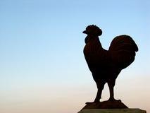 Gallo estatuario en la puesta del sol Fotos de archivo