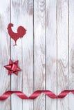 Gallo, estrella, cinta en fondo de madera Concepto de las vacaciones de invierno Año Nuevo del gallo Fotografía de archivo libre de regalías