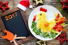 Gallo a forma di insalata sveglia per il nuovo anno 2017 Fotografia Stock Libera da Diritti