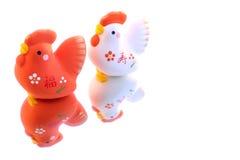 Gallo japonés del Año Nuevo en el fondo 2 de la reflexión Imagen de archivo libre de regalías
