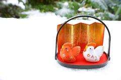 Gallo japonés del Año Nuevo en fondo de la nieve Imagenes de archivo