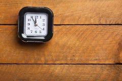 Gallo negro en fondo de madera Imagen de archivo