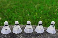 Gallo plástico de la lanzadera del bádminton de cinco blancos fotografía de archivo libre de regalías