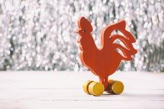Gallo rojo de madera Año Nuevo Fotos de archivo libres de regalías