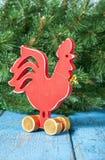 Gallo rojo de madera Año Nuevo del gallo Foto de archivo libre de regalías