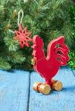 Gallo rojo de madera Año Nuevo del gallo Foto de archivo