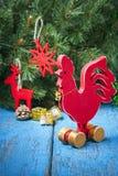 Gallo rojo de madera Año Nuevo del gallo Imagen de archivo