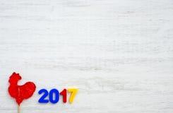 Gallo rojo, símbolo de 2017 en el calendario chino Foto de archivo