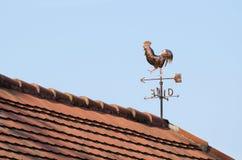 Gallo segnavento di rame sul tetto Fotografie Stock