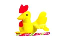 Gallo suave del amarillo del juguete con el pico rojo - símbolo del Año Nuevo Imágenes de archivo libres de regalías
