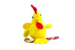 Gallo suave del amarillo del juguete con el pico rojo - símbolo del Año Nuevo Imagen de archivo
