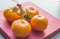 Gallo - un símbolo del Año Nuevo chino y de las mandarinas Imágenes de archivo libres de regalías