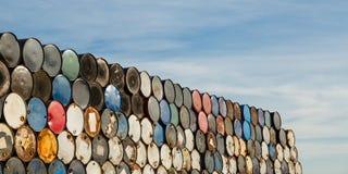 55 Gallonen-Trommeln gestapelt auf einander in einer Speicheranlage Stockbild