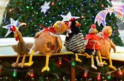 Gallos contra el fondo del árbol de navidad Imagen de archivo