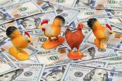Gallos y pollo en el dinero Imágenes de archivo libres de regalías
