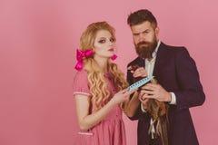 Galna par på rosa färger halloween tappningpar med hönskött tjuvjaga vegetarian retro lycklig kvinna- och manhåll arkivbild
