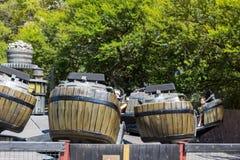 Galna trummor i Polynesien område i det portAventura nöjesfältet i Spanien Arkivfoton