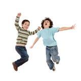 Galna ungar som hoppar med glädje Arkivfoton