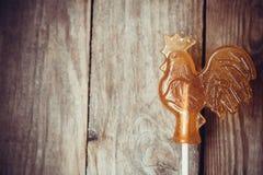 Galo do pirulito do açúcar no fundo de madeira Foto de Stock