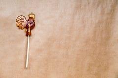 Galo do pirulito do açúcar no papel de madeira Fotos de Stock Royalty Free