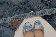Galonowa drelichowa patka, cajgi i żeńscy błękitni buty, zdjęcie stock