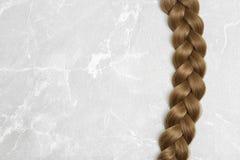 Galonowy włosy na popielatym tle zdjęcia stock